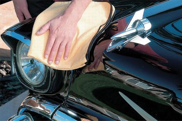 Очистка кузова машины с помощью полироля