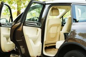 Автомобиль с открытыми дверками