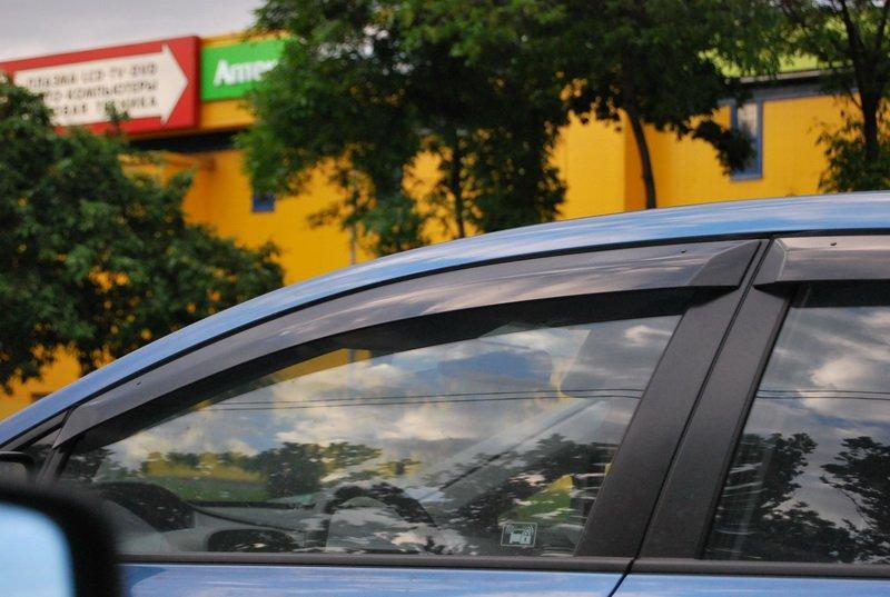 Защищенная от дождя и ветра боковая часть авто