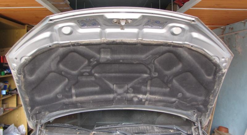 Капот автомобиля, обработанный шумоизоляционным материалом