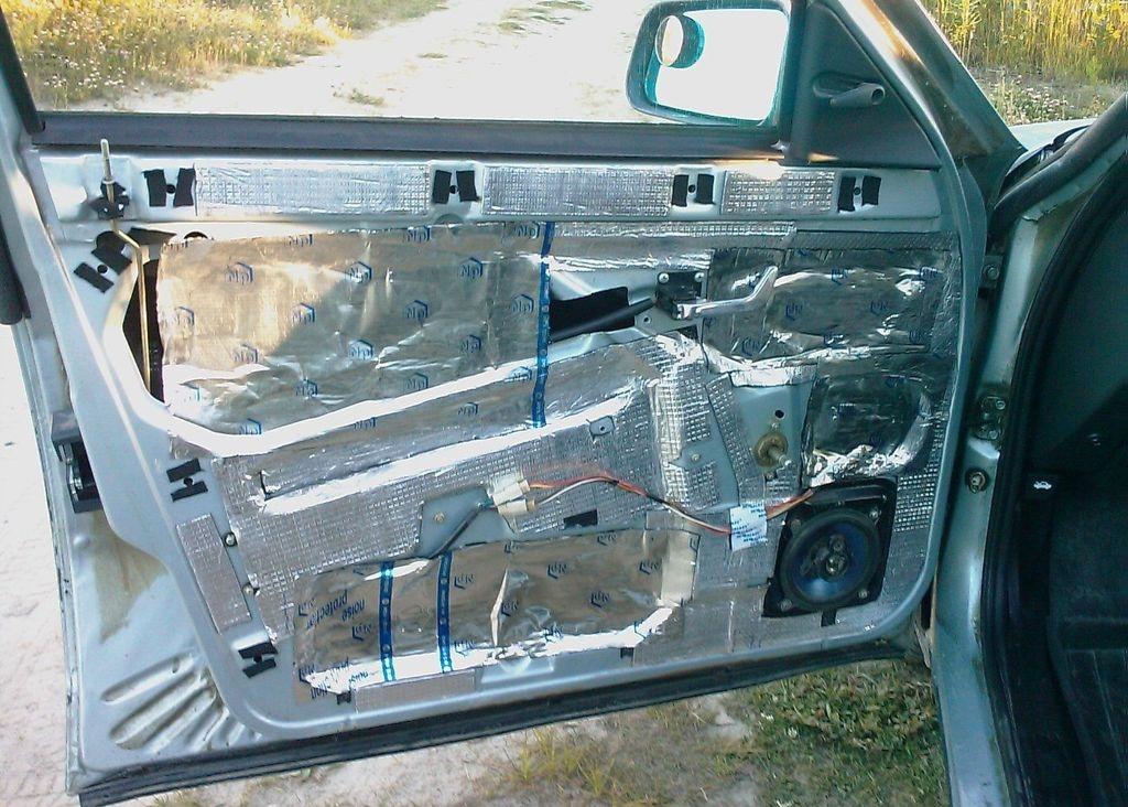 Дверь автомобиля с установленной шумоизоляцией
