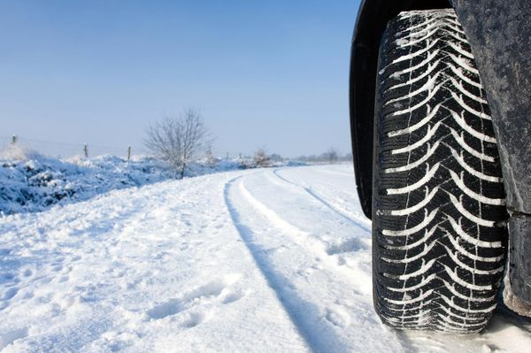 С приходом зимы необходимо сменить резину на колесах