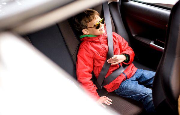 Дети в возрасте 7-12 лет могут ездить без автокресла