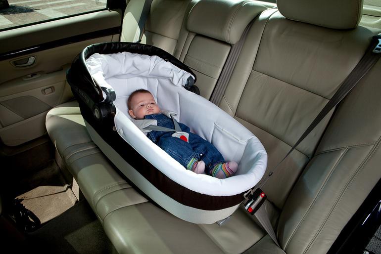 Перевозка младенца в специальной люльке